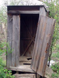 Старый покосившийся туалет.